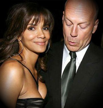 Bruce-Willis-staring-at-Halles-Breasts1